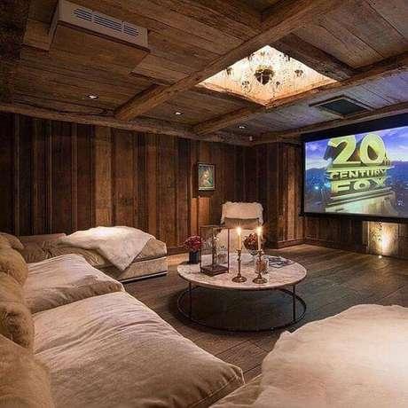 32. Revestimento de madeira e lustre embutido para sala de cinema. Fonte: Pinterest