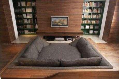 33. Cinema em casa com sofá aconchegante. Fonte: Pinterest