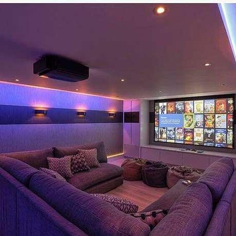 36. Sofá em formato de U para sala de cinema. Fonte: Pinterest