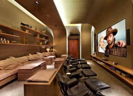 38. O cinema em casa de Guardini Stancati é completo, com poltronas reclináveis, almofadas e sofá.