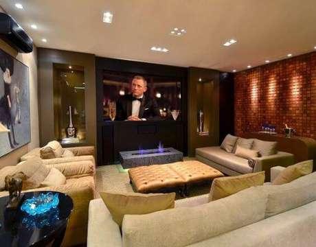 39. Com sofás diversos, o cinema em casa fica aconchegante e despretensioso. Fonte: Pinterest