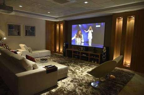 40. Invista em tapetes e poltronas para sala de cinema em casa com tapete e poltronas. Fonte: Pinterest