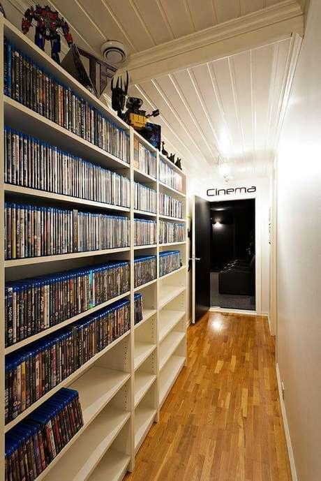 46. Prateleira de filmes encanta a decoração da casa. Fonte: Pinterest