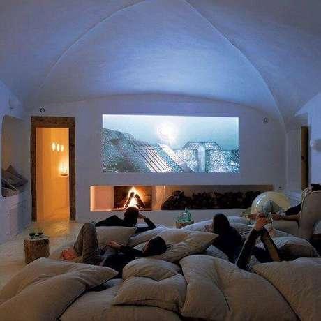 47. Cinema em casa sala com almofadas. Fonte: Pinterest