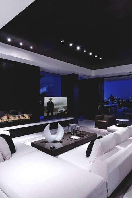 48. O cinema em casa pode ter lareira de vidro, para dar um efeito incrível. Fonte: Pinterest
