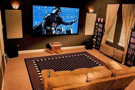 52. Cinema em casa sofá com puffs. Fonte: Pinterest