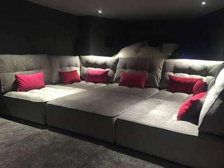 54. Cinema em casa sofá quadrado com almofadas. Fonte: Pinterest