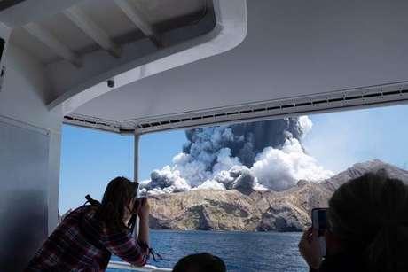 Vulcão entra em erupção na Nova Zelândia e deixa 5 mortos