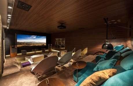 72. Poltronas e puffs confortáveis para sala de cinema. Fonte Pinterest