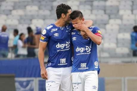 Jogadores do Cruzeiro lamentam queda à Série B.