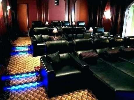 76. Poltronas em tom preto para sala de cinema. Fonte: Pinterest