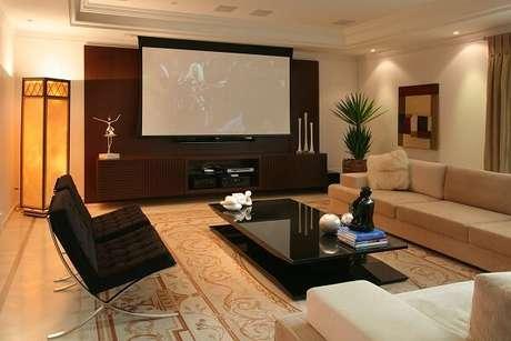 77. Cinema em casa com decoração clean. Fonte: Pinterest