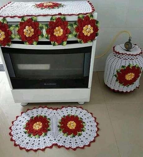 9. O tapete de crochê para cozinha com flores pode combinar também com outras peças de decoração usadas nesse ambiente. Foto de Viviane Arte em Crochê