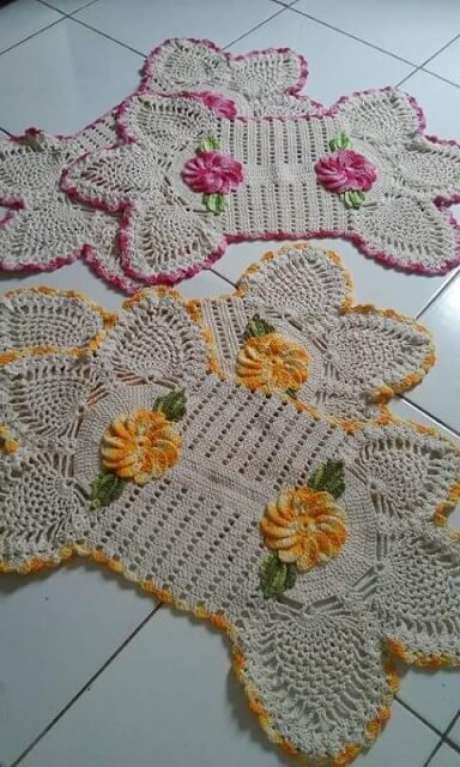 18. Jogo de tapete de crochê para cozinha amarelo e rosa com flores. Foto de Cida de Oliveira