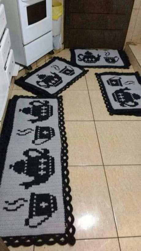 49. Jogo de tapete de crochê para cozinha cinza com estampa de bule e xícara. Foto de Pinterest