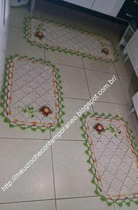 29. Jogo de tapete de crochê para cozinha com borda verde e flores. Foto de Meu Crochê Contemporâneo