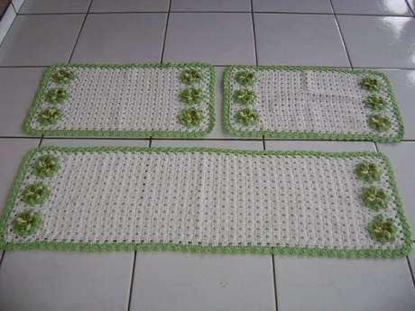 22. Jogo de tapete de crochê para cozinha com bordas e flores verdes. Foto de Ideias Mix