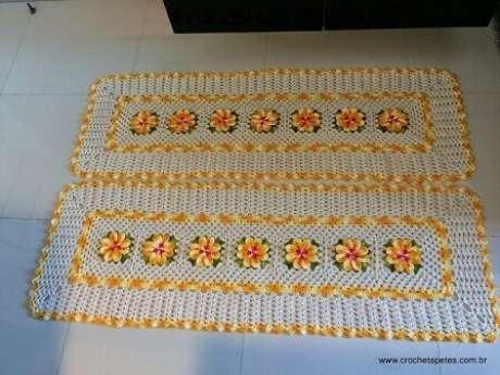 33. Jogo de tapete de crochê para cozinha com detalhes e flores amarelas. Foto de Crochê Tapetes