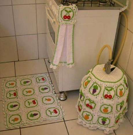 23. Jogo de tapete de crochê para cozinha com estampa de frutas. Foto de Pinterest