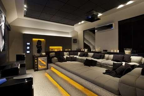 78. Projeto luminotécnico diferenciado para a sala de cinema. Fonte: Pinterest
