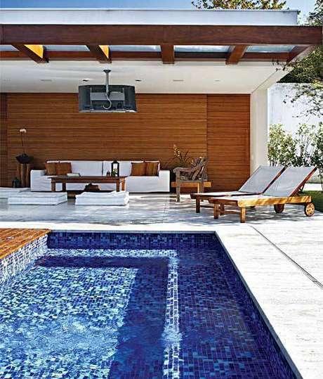 21. A pedra para piscina chama a a atenção pela delicadeza. Foto: Casa Abril