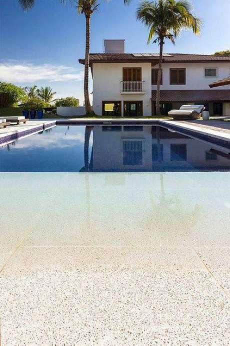 30. A pedra para piscina mais sóbria combina mais com borda. Foto: Decor Fácil