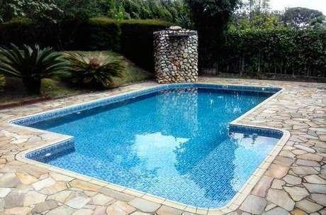 38. A pedra para piscina pode ser usada de muitas formas. Foto: Dicas Decor