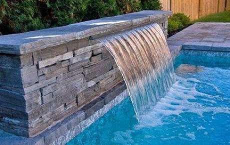 14. A pedra para piscina pode estar na cascata artificial. Foto: Decorando Casas