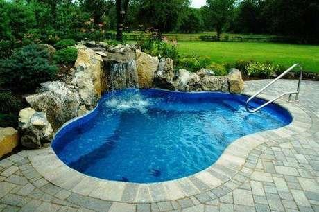 41. A pedra para piscina é chamativa quando rústica. Foto: Pinterest