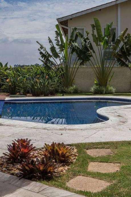 25. A pedra para piscina combina muito com jardins. Foto: Habitare