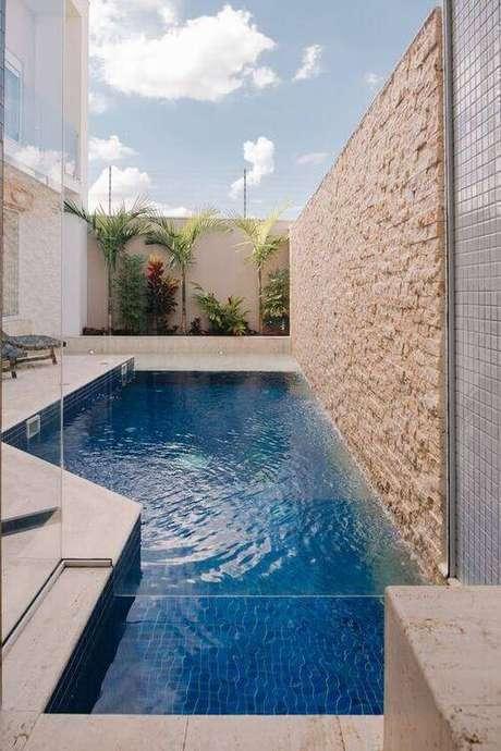 26. A pedra para piscina deixa o ambiente mais completo. Foto: Pinterest