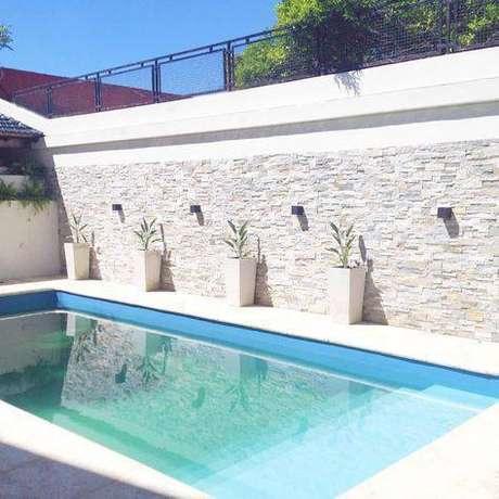 10. A pedra para piscina também pode estar na parede. Foto: Homify