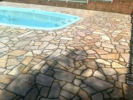 31. A pedra para piscina pode ser interesse quando rústica. Foto: Reedecore