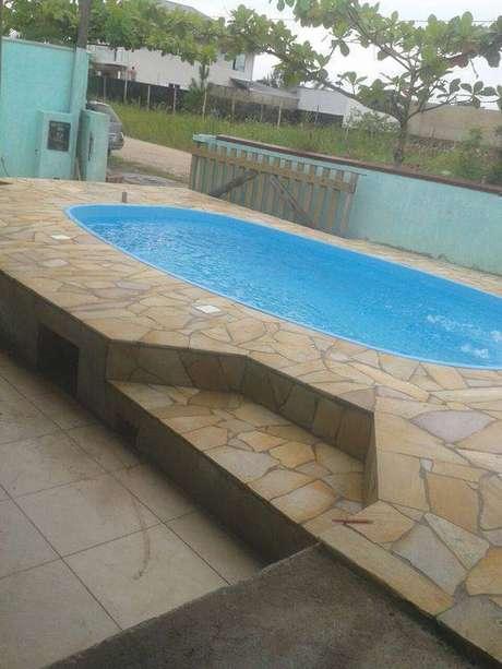 29. A pedra para piscina pode deixar o ambiente mais chamativo. Foto: Piso de Pedra