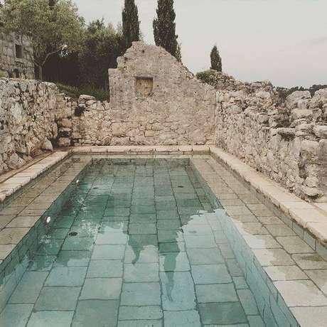 24. A pedra para piscina pode ser rústica. Foto: Instagram