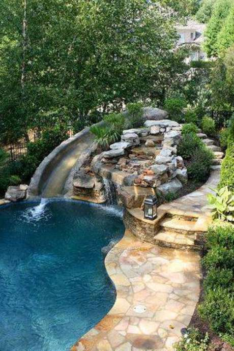 37. Nesta casa, a pedra para piscina é usada de muitas formas. Foto: Great Landscaping