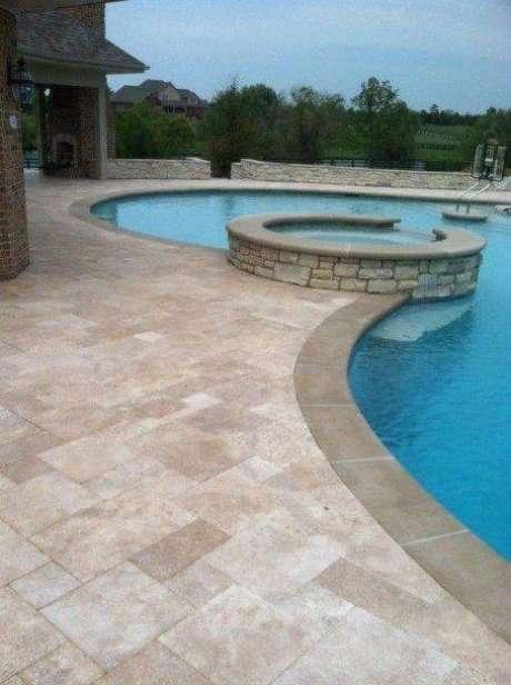 44. A pedra para piscina pode ser usada para criar ilhas. Foto: Homeridian