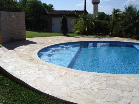 12. A pedra para piscina é o que chama a atenção na área. Foto: Casa e Construção