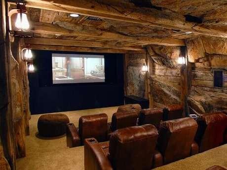 81. Decoração rústica para a sala de cinema. Fonte: Pinterest