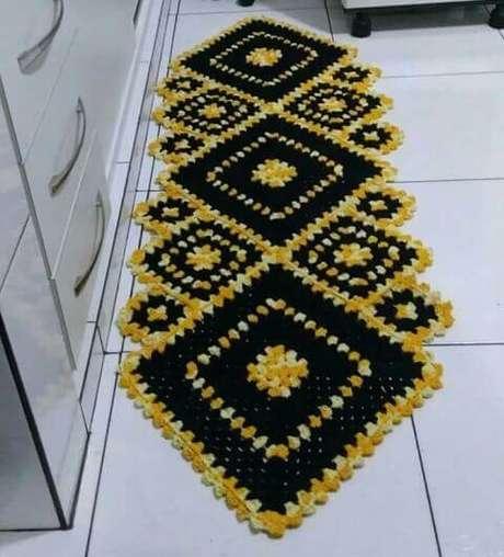31. Tapete de crochê para cozinha amarelo e preto longo. Foto de Pinterest