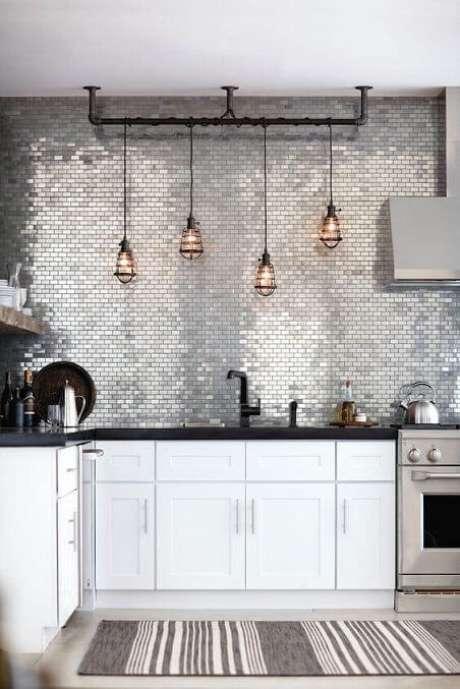16. Cozinha moderna com tapete de crochê para cozinha cinza e branco. Foto de Asset Project