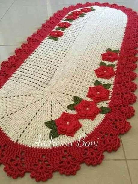 15. Tapete de crochê para cozinha com borda e flores vermelhas. Foto de Andressa Boni