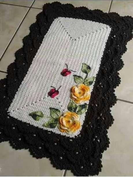 10. O tapete de crochê para cozinha com flores pode ficar ainda mais fofo com borboletinhas. Foto de Marlene Costa