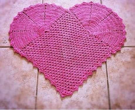 55. Tapete de crochê para cozinha com desenho de coração