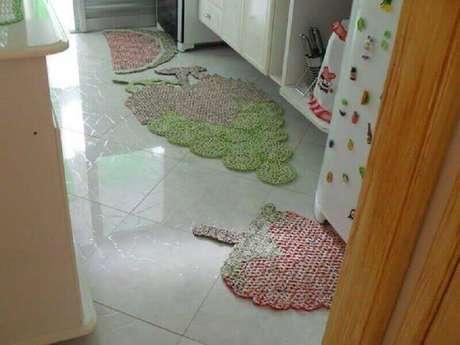 56. Tapete de crochê para cozinha com formato de fruta