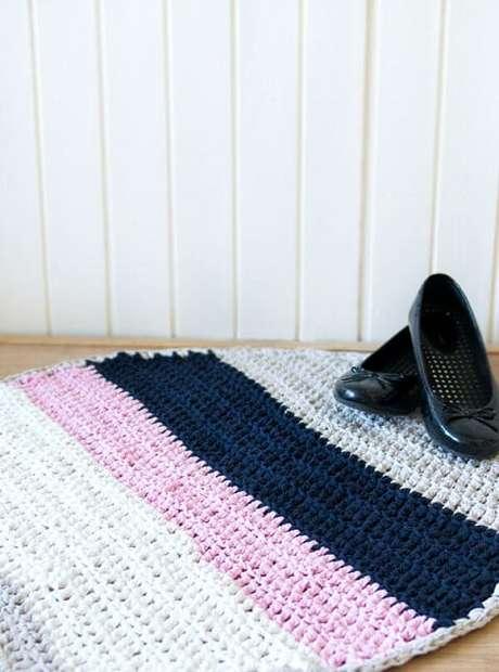 50. Tapete de crochê para cozinha redondo com listras de cores diferentes. Foto de Shelterness