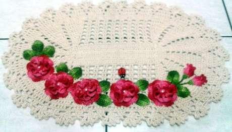 52. Tapete de crochê para cozinha claro com várias flores em tons de rosa