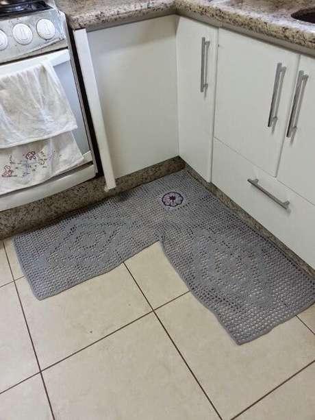 48. Tapete de crochê para cozinha de canto cinza. Foto de Teia de Carinhos
