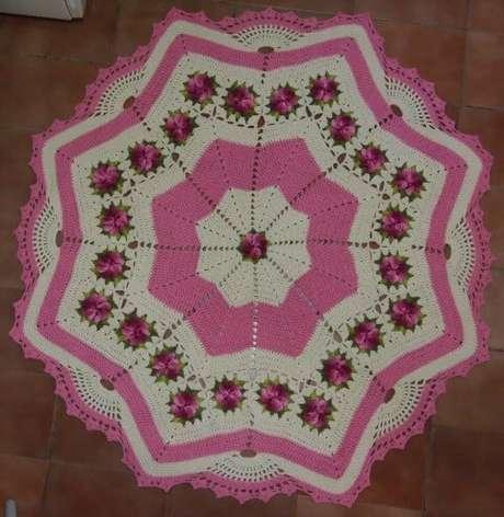 58. Tapete de crochê para cozinha em formato de estrela com flores