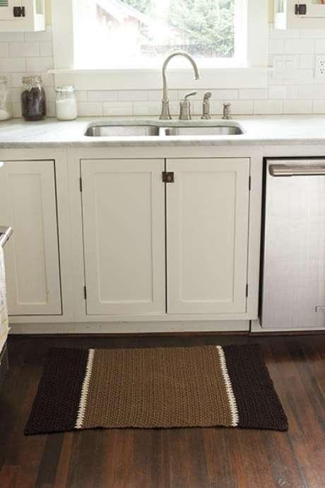 25. Tapete de crochê para cozinha em tons de marrom em ambiente claro. Foto de Knit Picks